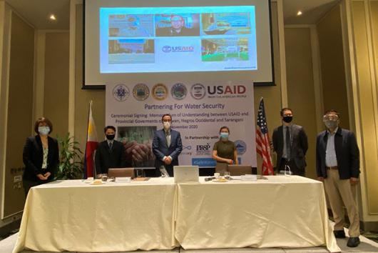 Representatives from the Safe Water Project, Provincial Governments, civil society, and private sector partners sign Memorandums of Understanding.